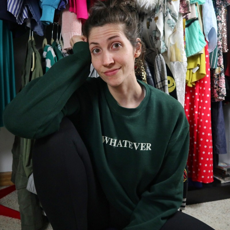 stylist hannah rupp wears a dark green cropped sweatshirt and leggings outfit while safer at home