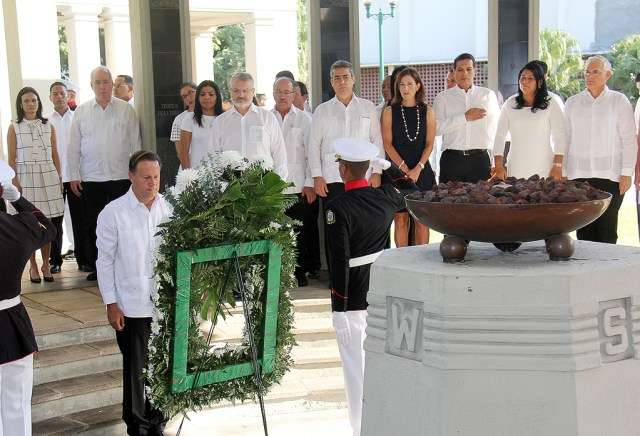 President Varela and the cabinet pay respects at the eternal flame, where the Balboa High flagpole once stood. Photo by the Presidencia.