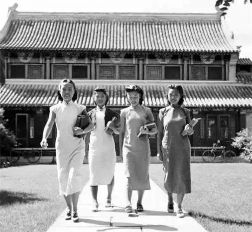 Female university students wearing the simple early 1940s qipao at Yenching Women's University in Nanjing; source unknown