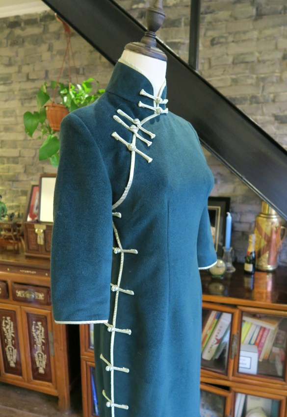 The side view of my forest green cashmere winter qipao. Simple straight pankous run all the way down the side and fasten the dress.