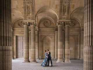 Couples photo ideas – Couple dancing surrounded by the elegant architecture of the Louvre Museum