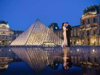 Couples pic ideas – Unique reflection at the Louvre Museum in Paris