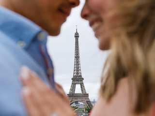 Crazy couple pictures – Close-up of couple and shoot through to focus on the Eiffel Tower