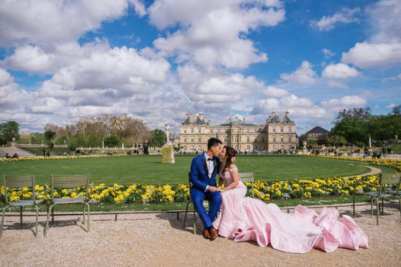 Paris pre wedding photographer - Luxembourg gardens bride and groom huge pink dress