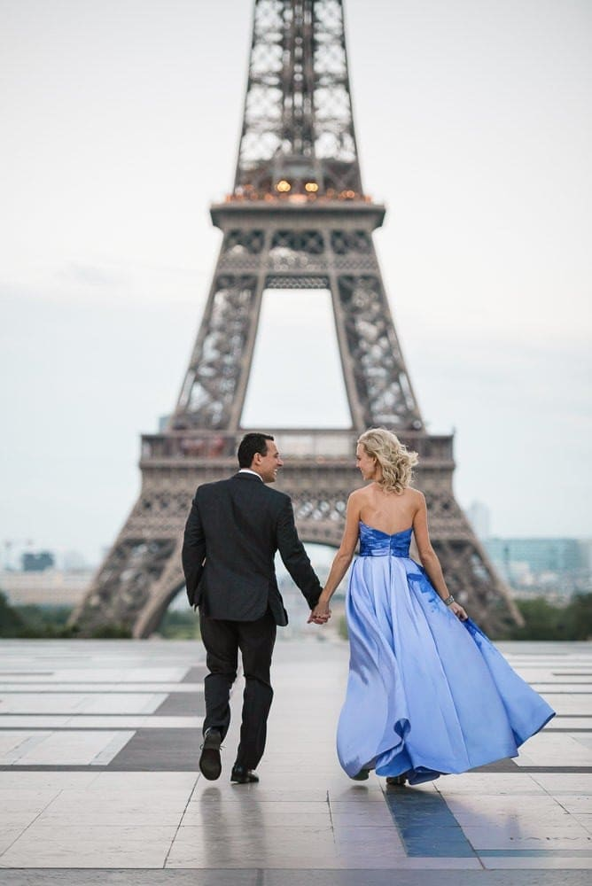 Picture ideas for couples – walking hand in hand at the Eiffel Tower in Paris
