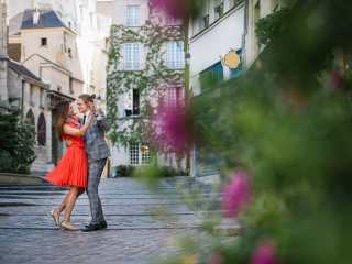 Posing ideas for couples – The romantic dance in Paris