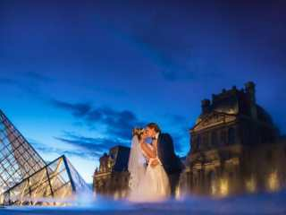 Unique couple photo ideas – Using water puddle to create reflection of newlyweds kissing in Paris