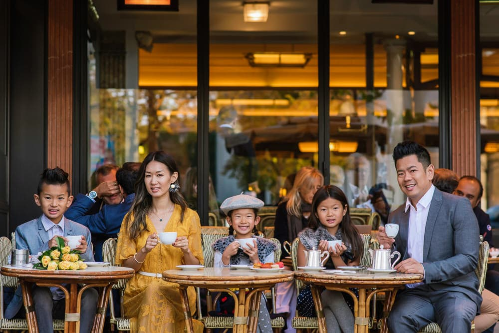 family photo shoot in paris having a coffee in paris