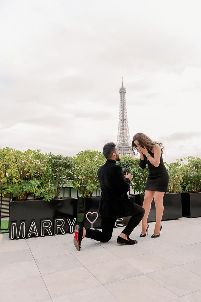 Shangri La Paris marriage proposal with MARRY ME sign