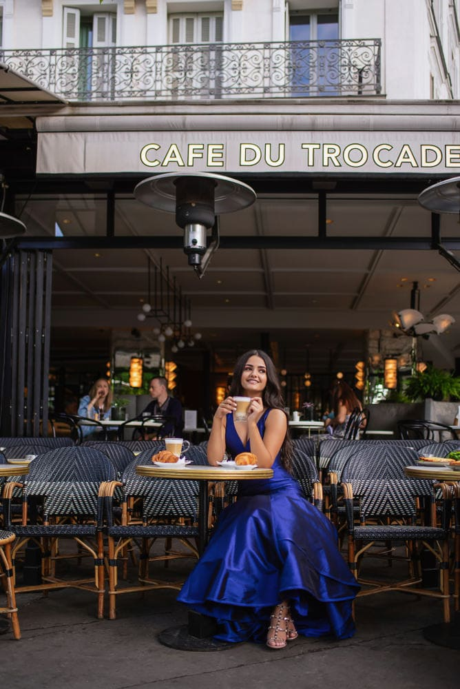 places to take quinceanera pictures in paris - A parisian cafe