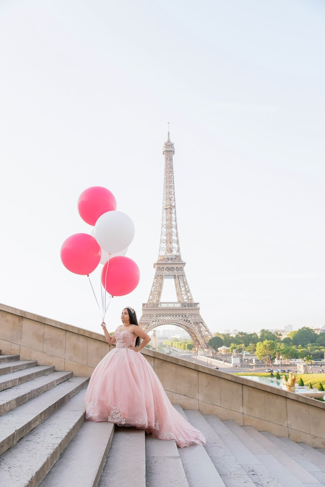 quinceanera pictures with red and white big balloons