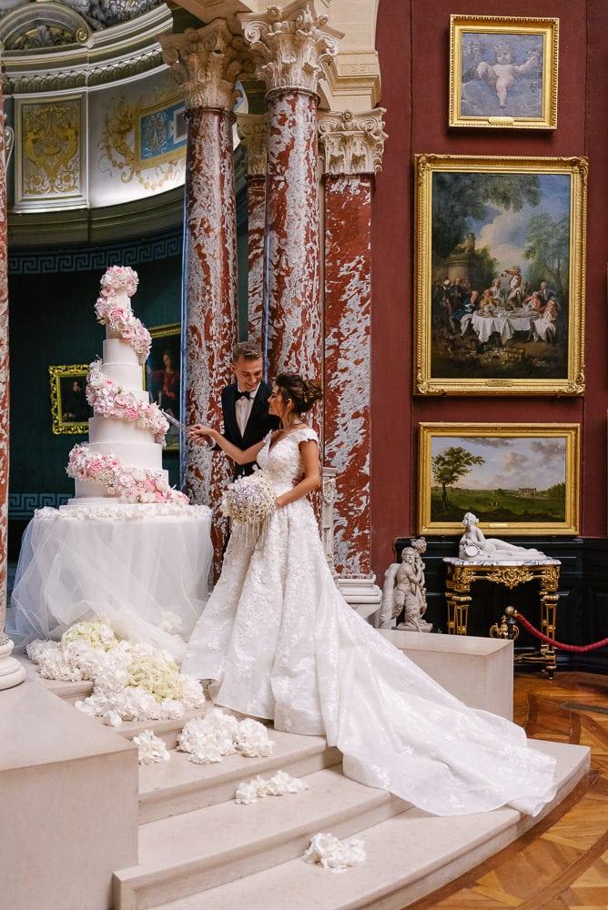 Chateau de Chantilly wedding 2019 - Bride and groom cutting wedding cake