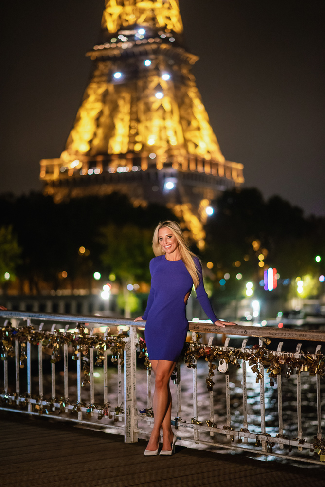 Beautiful woman posing for portraits in paris on the pasarelle debilly