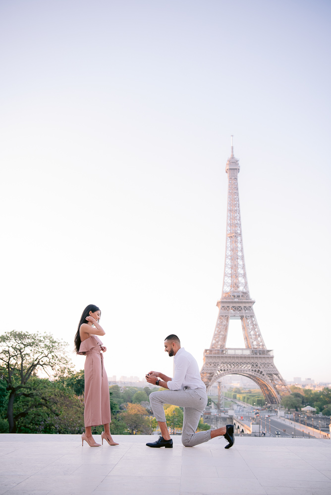 Marriage proposal in Paris at trocadero