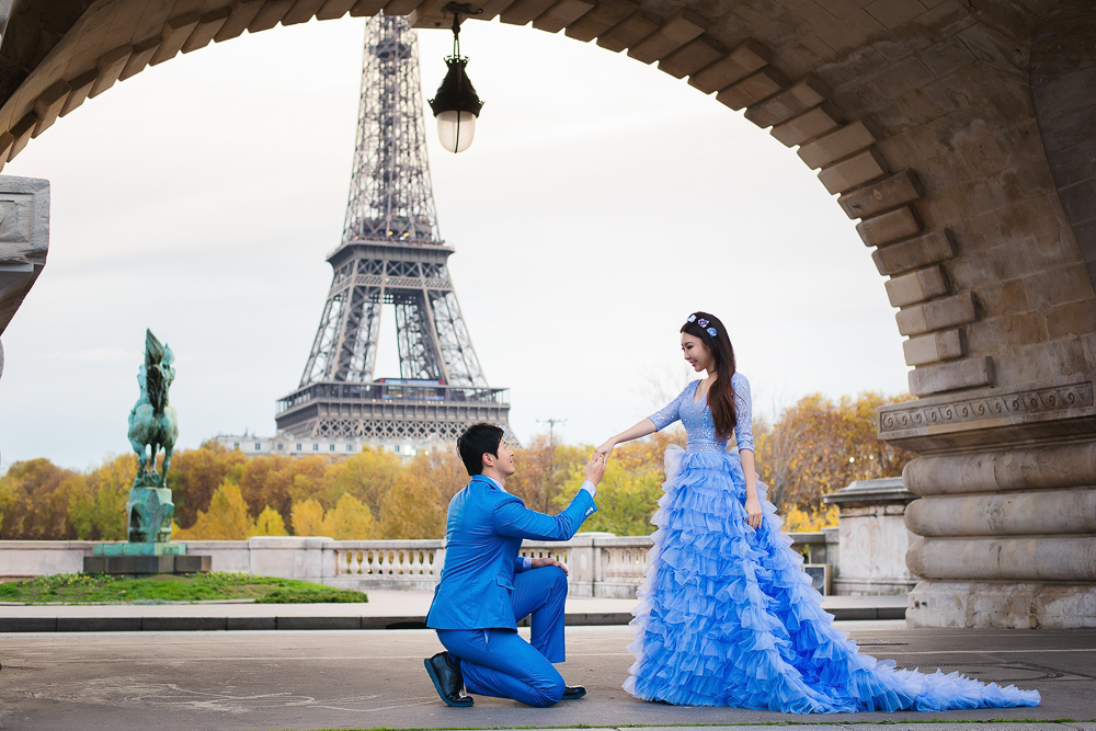 Pre wedding pictures in paris on bir hakeim bridge