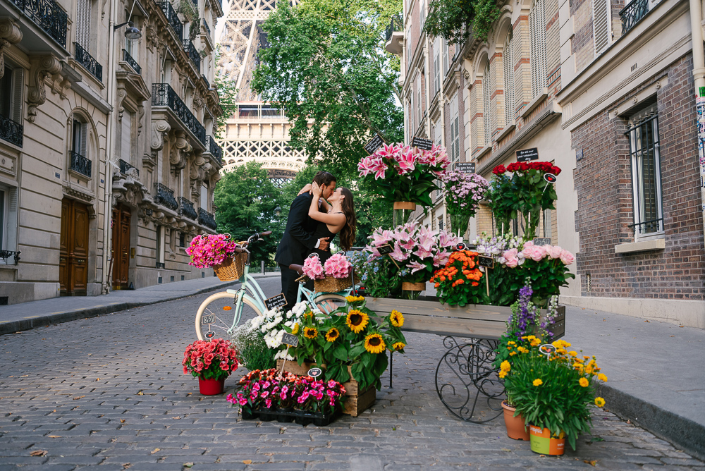 Romantic kiss in the streets of Paris