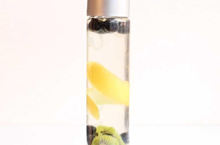 Blueberry detox water - Stay healthy with this refreshing, vitamin-packed natural drink! thepetitecook.com