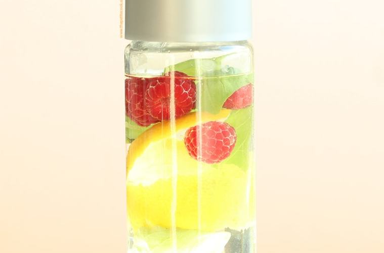 Raspberry and Lemon Detox Water - healthy recipes by thepetitecook.com