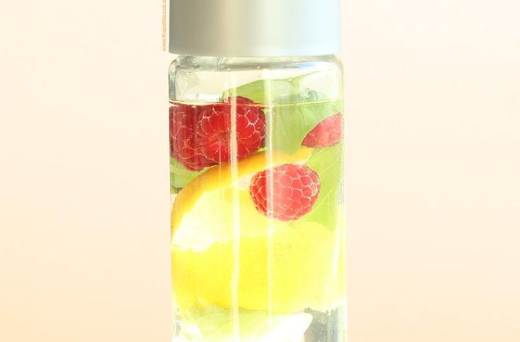 Raspberry and Lemon Detox Water - healthy recipes by thepetitecook.com