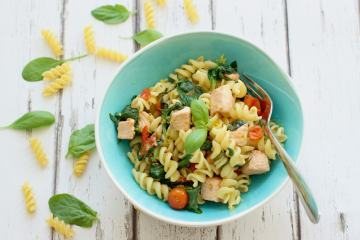Light, flavorful and packed with healthy goodness, this lemony salmon & spinach fusilli will easily become your favorite spring meal!