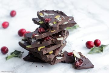 How to Make Christmas Chocolate Bark, featuring festive dried cranberries, pistachios, and almond flake - A great #Christmas treat and a super cute homemade gift! Recipe from thepetitecook.com