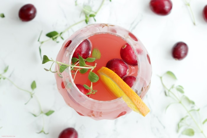 This Cranberry and Orange Vodka Cocktail is the perfect holiday drink to share with friends and family at your next party!? Recipe from thepetitecook.com
