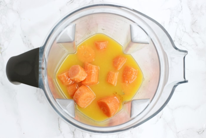 This Carrot Berry Smoothie is an amazing breakfast treat to start a busy winter day. It's sweet, delicious and SO refreshing, you'll be really looking forward to drink it! Recipe from thepetitecook.com
