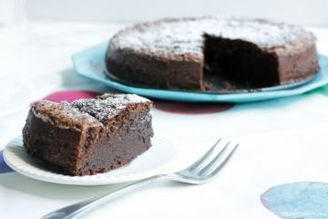 Soft and rich, this magic 2-Ingredient Nutella cake is what nutella dreams are made of. The best and quickest way to satisfy your chocolate cravings! Glutenfree dessert recipe by thepetitecook.com