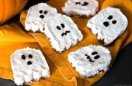Get ready for Halloween with a fun chocolatey healthy treat - These easy Ghost Vegan Bounty Bars are ready in less than 30 min and only require 4 basic ingredients. Plus they're dairy-free and gluten-free! Recipe from thepetitecook.com