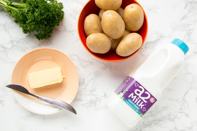 Learn all the tips and tricks to make the best potato mash - This classic side dish loved by grown-up and kids, takes only 10 min and 3 ingredients to make! Recipe by The Petite Cook
