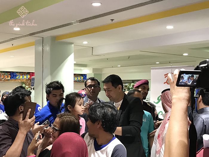 Mr. Allan Caidic signing some autographs.