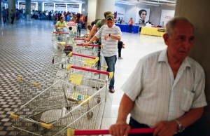 """Customers line up to get in for shopping at a state-run Bicentenario supermarket in Caracas May 2, 2014.  President Nicolas Maduro is introducing a controversial shopping card intended to combat Venezuela's food shortages but decried by critics as a Cuban-style policy illustrating the failure of his socialist policies. Maduro, the 51-year-old successor to Hugo Chavez, trumpets the new """"Secure Food Supply"""" card, which will set limits on purchases, as a way to stop unscrupulous shoppers stocking up on subsidized groceries and reselling them. REUTERS/Jorge Silva (VENEZUELA - Tags: POLITICS BUSINESS SOCIETY TPX IMAGES OF THE DAY) - RTR3NL83"""