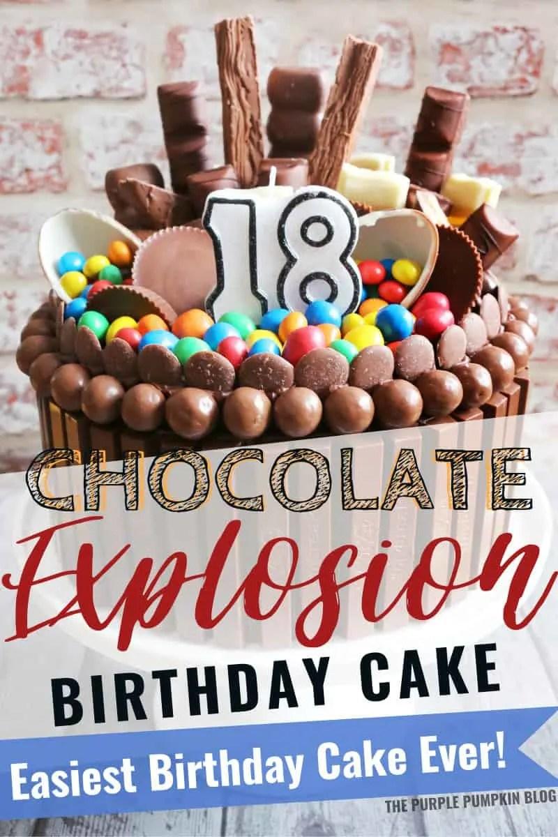 Gâteau au chocolat avec beaucoup de chocolat et de bonbons pour le décorer.