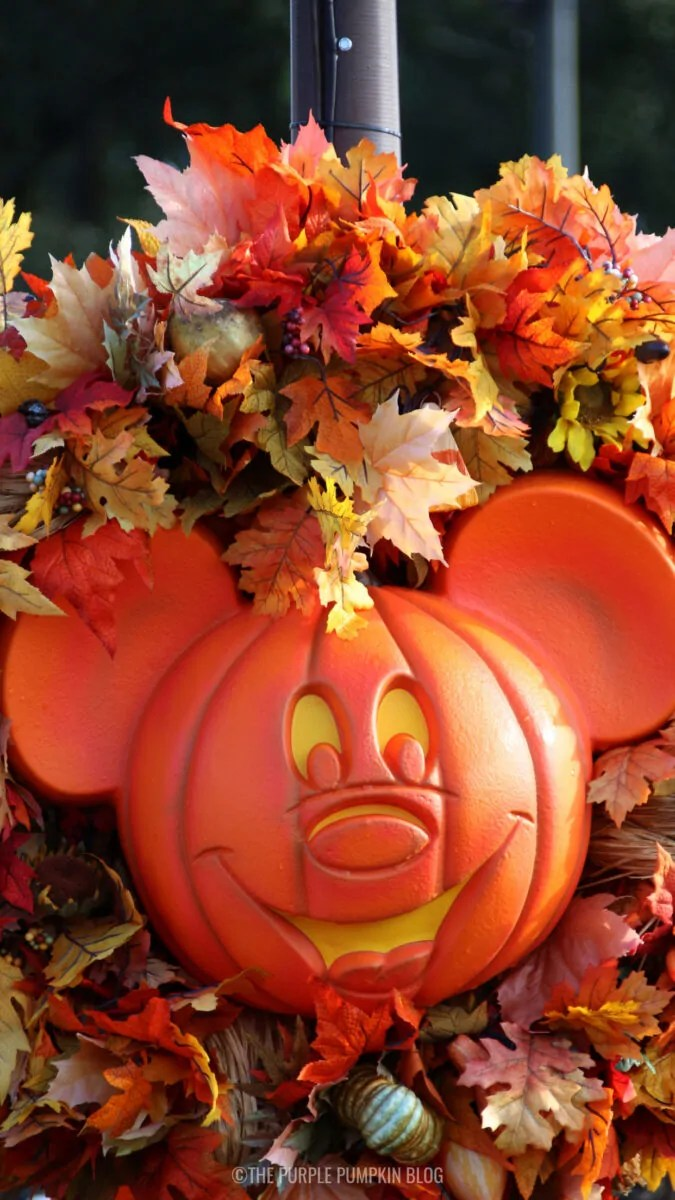 Mickey Autumn Wreath Wallpaper