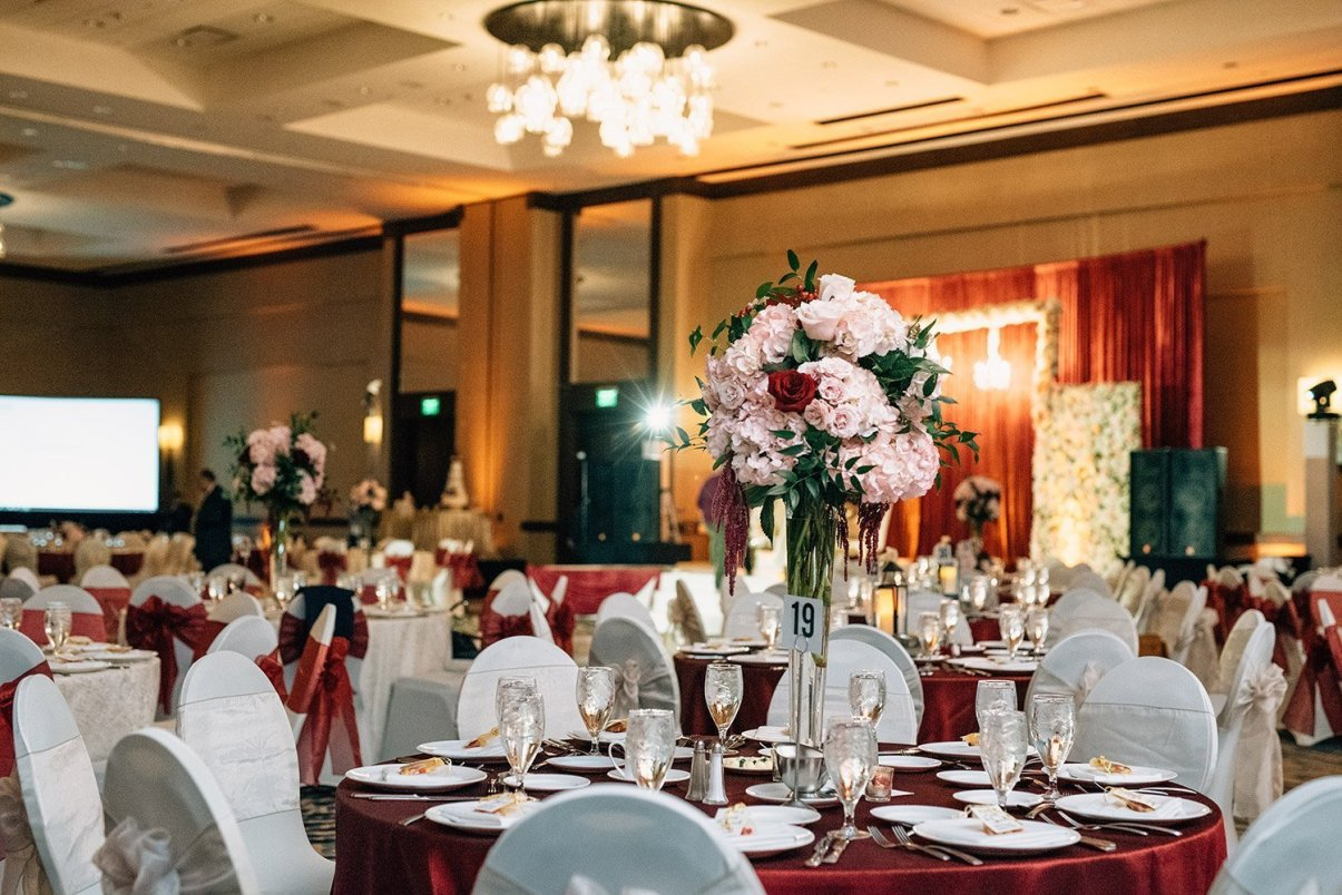 floral center pieces and red table cloths at the woodlands resort