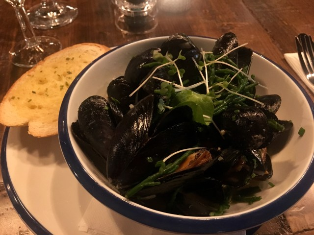 Mussels in white wine with ciabatta