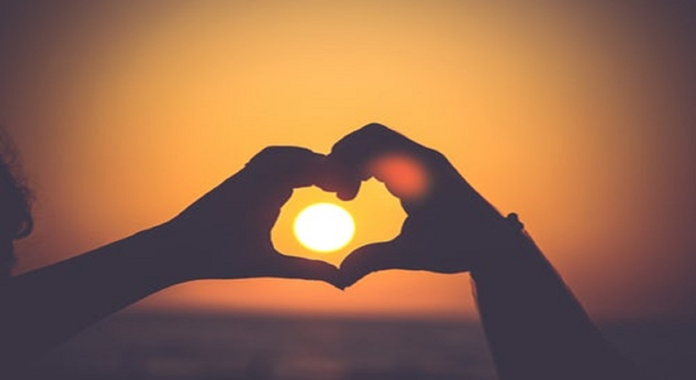 romantic things to do in albufeira heart hands sunset