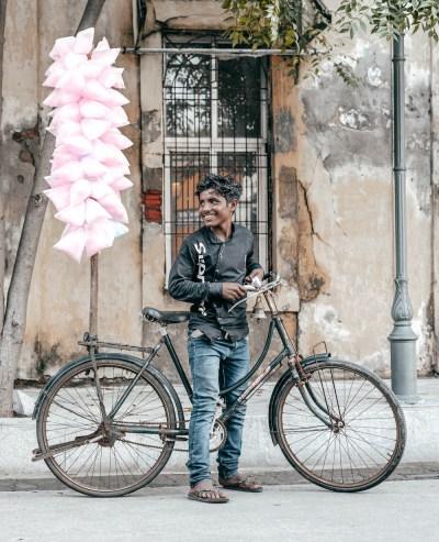 Giovane ragazzo indiano bicicletta venditore sorriso puducherry