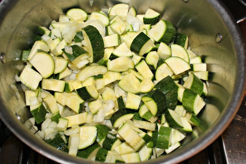 real 800 zucchini and onion in pot