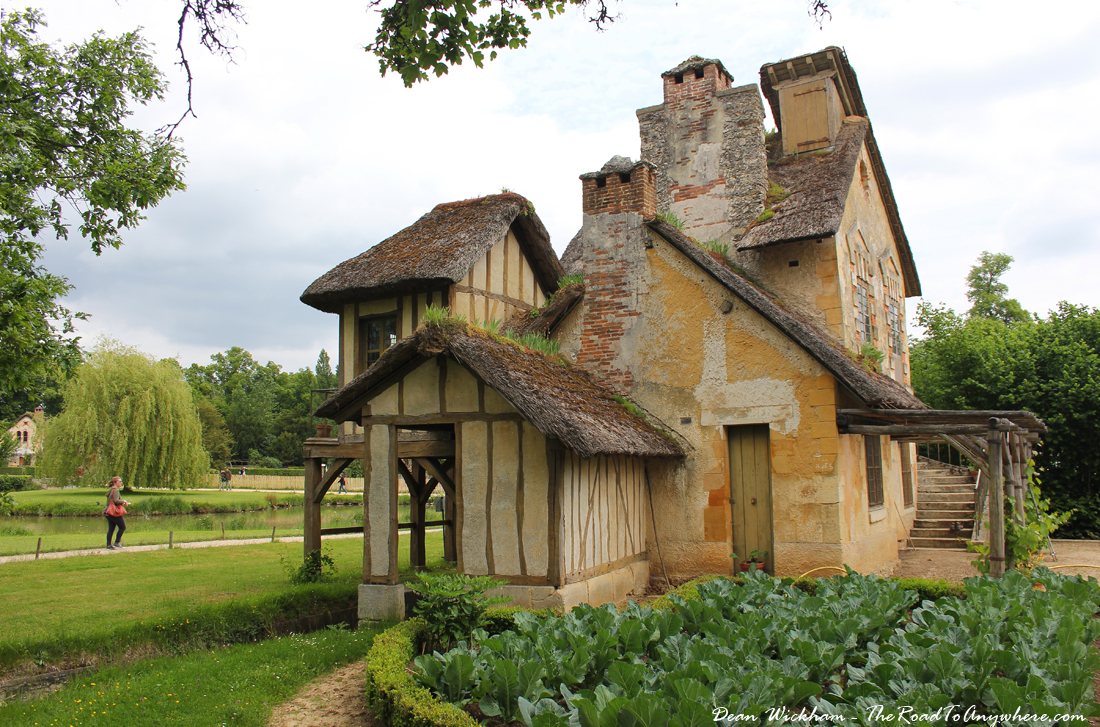 Farmhouse in marie antoinette 39 s estate at versailles for Traditional farmhouse