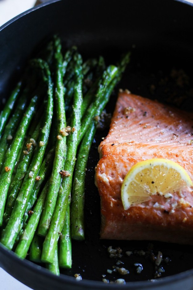 Garlic and Lemon Pan-Seared Salmon and Asparagus - an easy and healthy meal that can be made in under 30 minutes! #dinner #recipe #seafood #healthy
