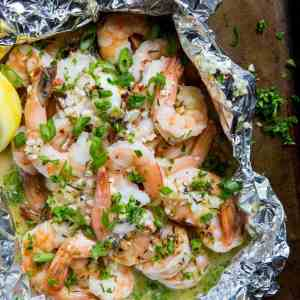 How to Grill Shrimp in Foil Packets - this easy lemon garlic butter shrimp recipe is quick to prepare! | TheRoastedRoot.net