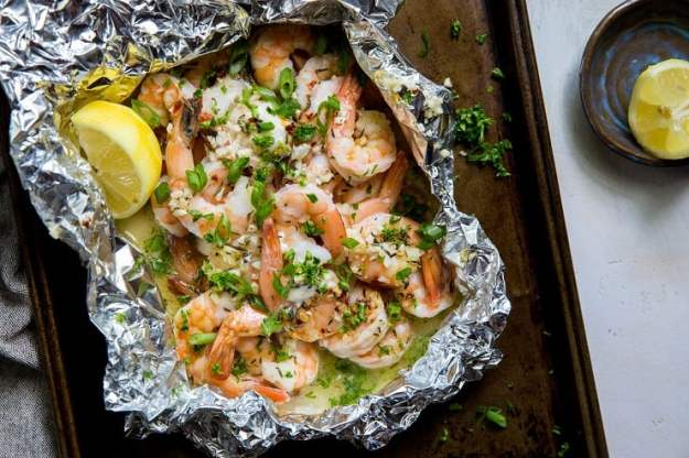 Lemon Garlic Foil Packet Shrimp - an easy grilled shrimp in foil packets recipe that only requires a few ingredients. | TheRoastedRoot.net