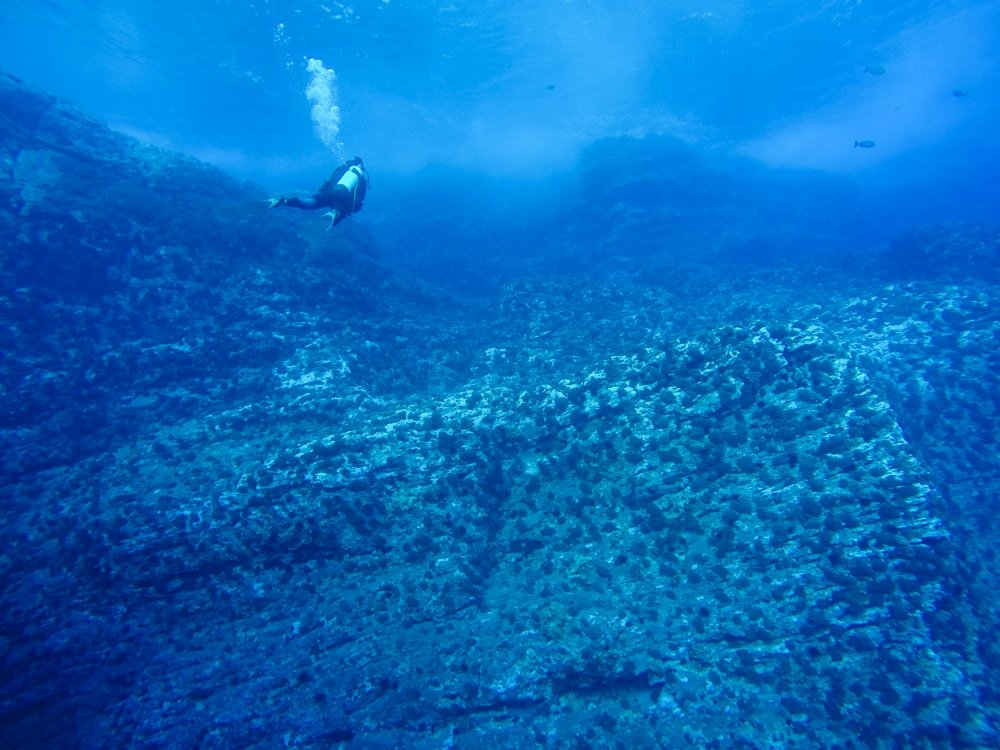 scuba diving on easter island - motu nui