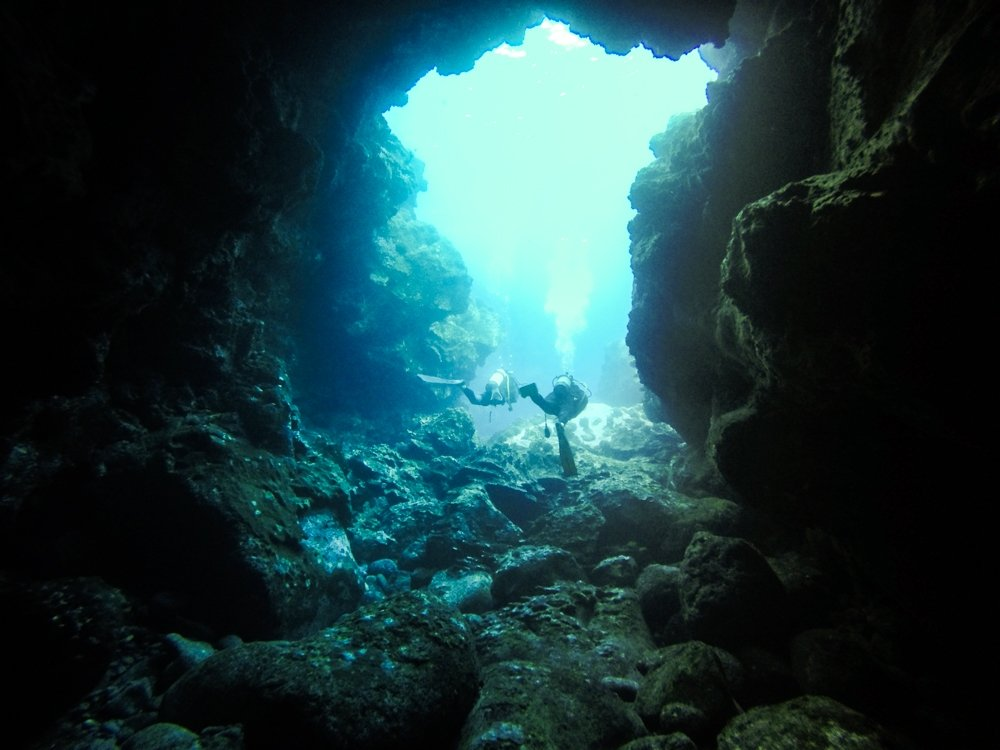 scuba diving on easter island - the cave
