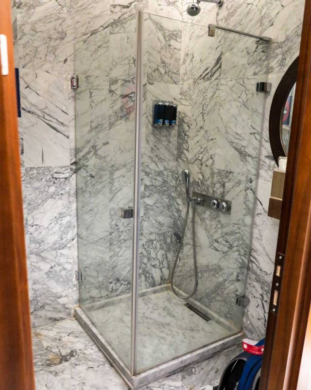 comfort airport lounge shower