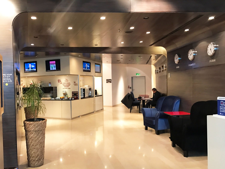 skycourt lounge budapest airport hallway