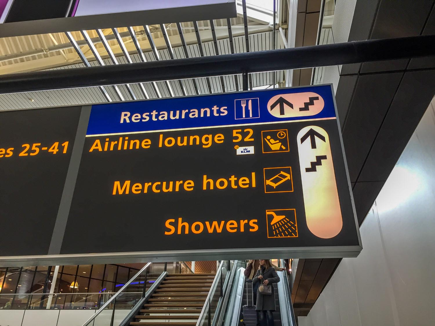 Sign directing you to KLM crown Lounge 52