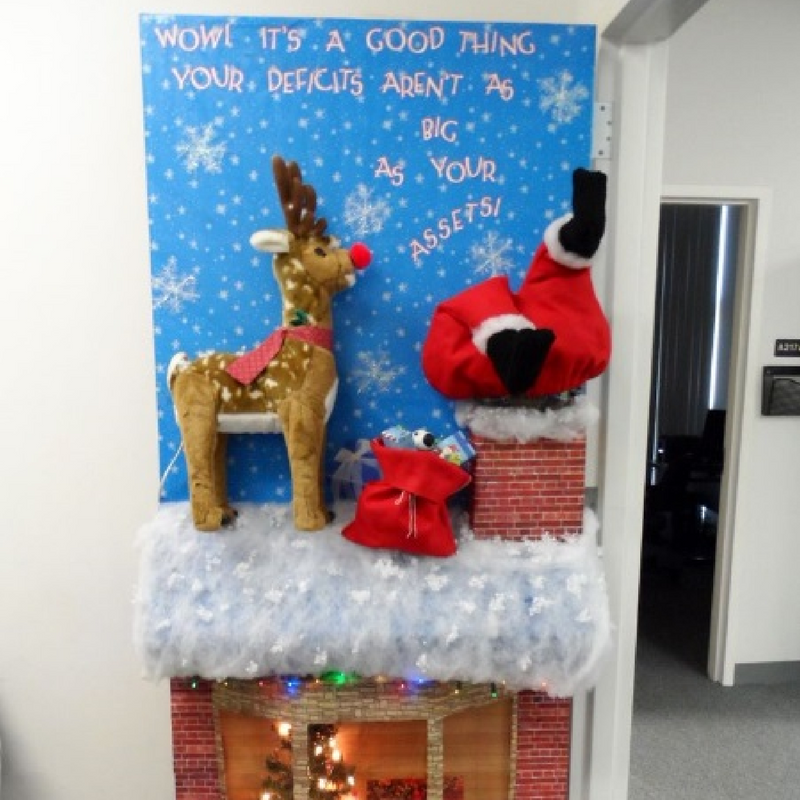 15 Christmas Door Decorations That You'll Really Love