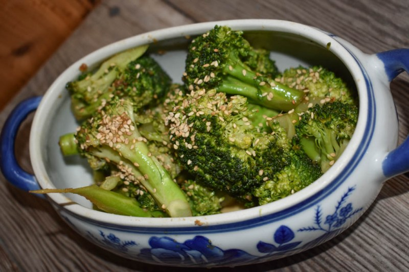 If you are looking for an easy side dish and one that fits into a low-carb, keto or gluten-free diet, check out this steamed low-carb sesame broccoli!